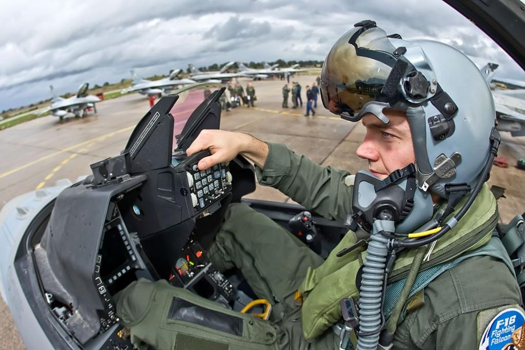 pilots_f_16_03