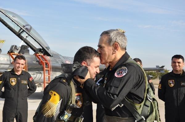 hava-kuvvetleri-komutani-akin-ozturkun-soloturk-ucusu-nefes-kesti-DHA-379d603e36acf2f49c505eb4df7a9daa-2-t