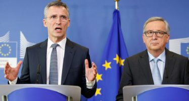 epa05204658 NATO Secretary General Jens Stoltenberg (L) address a press conference with the President of the European Commission Jean-Claude Juncker at the European Commission in Brussels, Belgium, 10 March 2016.  EPA/LAURENT DUBRULE
