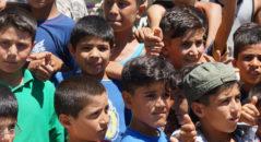 Προσφυγόπουλα στο κέντρο φιλοξενίας προσφύγων  στα Διαβατά. O Ευρωπαίος Επίτροπος Χρήστος Στυλιανίδης, αρμόδιος για θέματα Ανθρωπιστικής Βοήθειας και Διαχείρισης Κρίσεων επισκέφτηκε το κέντρο φιλοξενίας προσφύγων  στα Διαβατά με αφορμή ανθρωπιστική βοήθεια που συγκέντρωσε η ποδοσφαιρική ομάδα Μπράγκα από την Πορτογαλία με στόχο να διατεθεί στους χώρους προσωρινής φιλοξενίας προσφύγων της Βόρειας Ελλάδας, Παρασκευή 8 Ιουλίου 2016.  ΑΠΕ-ΜΠΕ/ΑΠΕ-ΜΠΕ/ΝΙΚΟΣ ΑΡΒΑΝΙΤΙΔΗΣ