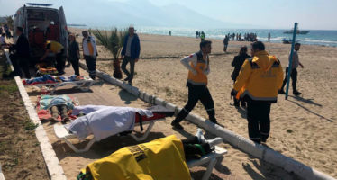epa05867700 Members of Turkish emergency services work near body of refugee that drowned during a failed attempt to sail to the Kusadasi island in the coastal town of Aydin city, Turkey, 24 March 2017. According to local media, at least 11 people died.  EPA/STRINGER ATTENTION EDITORS: PICTURE CONTAINS GRAPHIC CONTENT. TURKEY OUT
