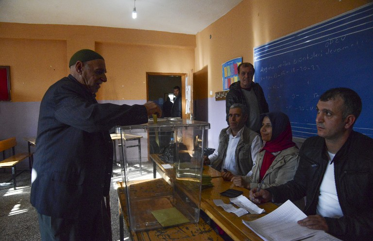 A Kurdish man votes in Turkey's tightly-contested referendum on expanding the powers of President Recep Tayyip Erdogan, April 16, 2017 in the center of Diyarbakir, seen as a crossroads in the modern history of the country.  The referendum is taking place under a state of emergency that has been in place since last summer's failed coup which has seen some 47,000 arrested in the biggest crackdown in Turkey's history.  The first polling sta                    / AFP PHOTO / ILYAS AKENGIN