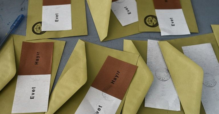Ballots with the words in Turkish that read, 'Evet' or 'Yes' and 'Hayir' or 'No' are prepared for people arriving at a polling station to vote in the referendum on expanding the powers of the Turkish president on April 16, 2017 in Istanbul.  The first polling stations opened in Turkey's tightly contested referendum on expanding the powers of President Recep Tayyip Erdogan, seen as a crossroads in the modern history of the country.  / AFP PHOTO / OZAN KOSE