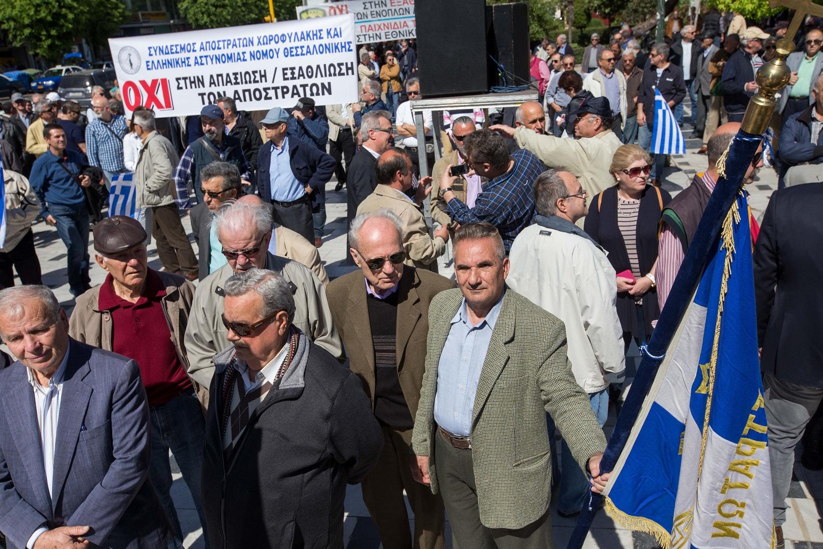Απόστρατοι αξιωματικοί του στρατού αεροπορίας και ναυτικού πραγματοποιούν συγκέντρωση διαμαρτυρίας για τα εθνικά θέματα στο άγαλμα Βενιζέλου στην Θεσσαλονίκη. Θεσσαλονίκη, Παρασκευή 15 Σεπτεμβρίου 2016. ΑΠΕ ΜΠΕ/PIXEL/ΜΠΑΡΜΠΑΡΟΥΣΗΣ ΣΩΤΗΡΗΣ