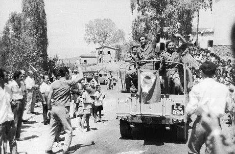 Τυλληρία Κύπρου, Αύγ. 1964, οι στρατιώτες της 31 μοίρας Καταδρομών (33 ΛΟΚ) γίνονται δεκτοί με ενθουσιασμό (φωτό από Ιω. Αυλωνίτη)