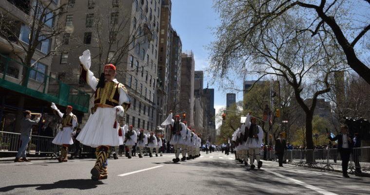 Έσπασαν την άσφαλτο τα Τσαρούχια των Ευζώνων στην …Παρέλαση της Ομογένειας! (φωτό & video)