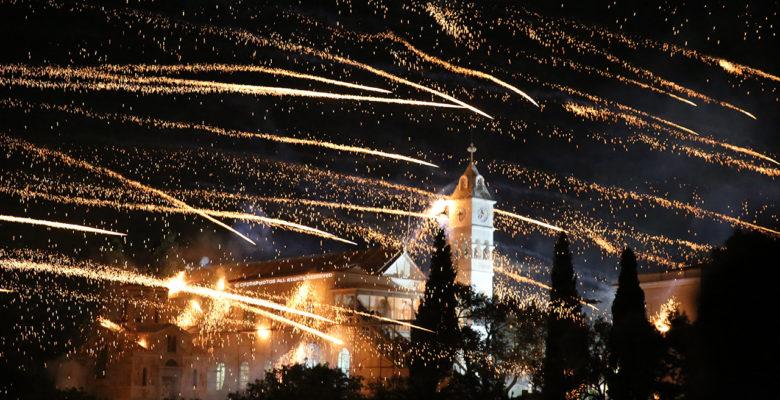 Ξέσπασε Πόλεμος στο νησί της Χίου …Το «Βρόντηξαν» πρώτοι οι Ρουκετάδες στην Ανάσταση !(φωτό & video)