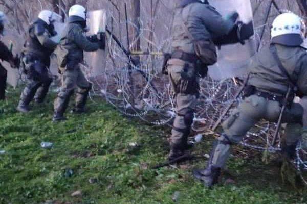 Χειροκροτήματα & Ζητωκραυγές για τους Άνδρες των ΜΑΤ…Από τους κατοίκους στις Καστανιές (video)
